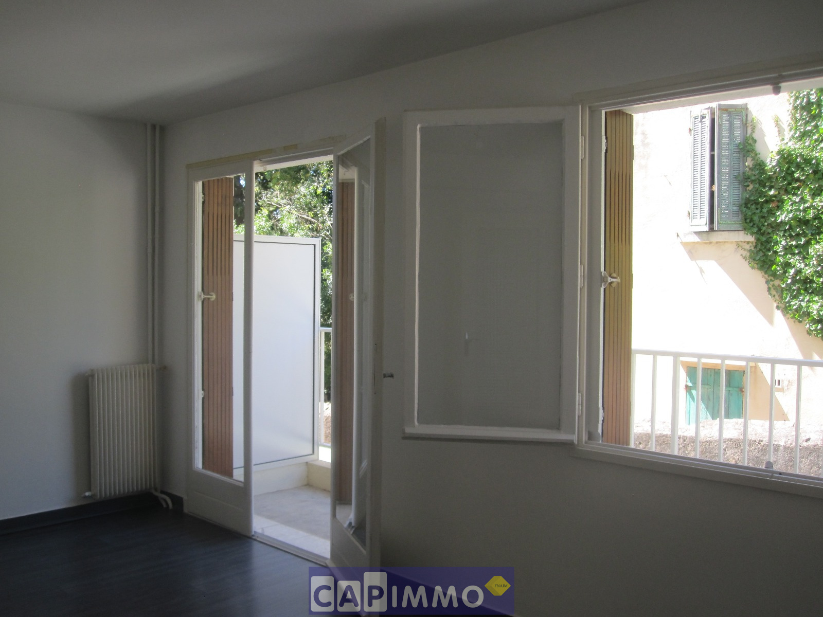 location appartement de type 1 toulon quartier la serinette au calme. Black Bedroom Furniture Sets. Home Design Ideas